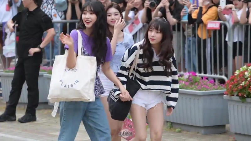 Yena and sihyun holding hands