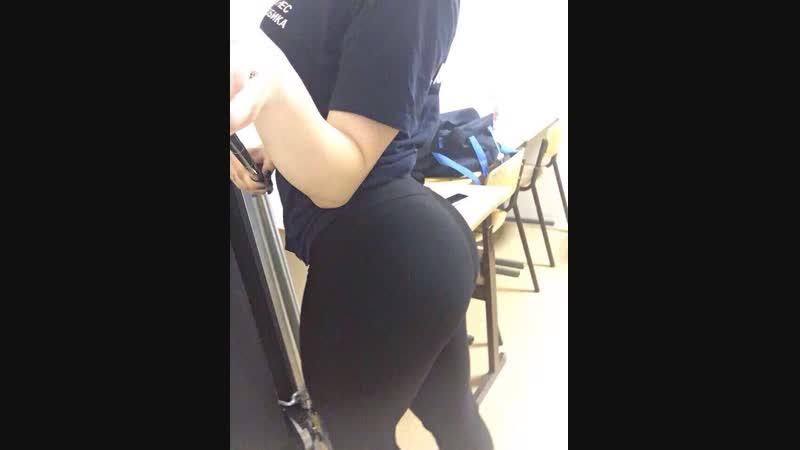 Малолетняя школьница гимнастка показывает все свои прелести и крутит жопой тянка