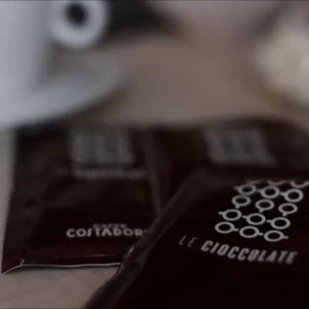Горячий шоколад Costadoro - это очень вкусный напиток, а с маршмеллоу он просто идеально вписывается в осень🍁 Мы сняли для вас п