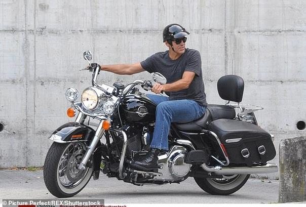Джордж Клуни отдал свой мотоцикл на благотворительность по просьбе жены Амаль