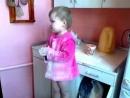 Девочка устроила на кухне сущий бардак и придумала гениальную историю чтобы не понести наказание за проделку