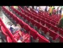 Японские и сенегальские болельщики убирают мусор после матчей