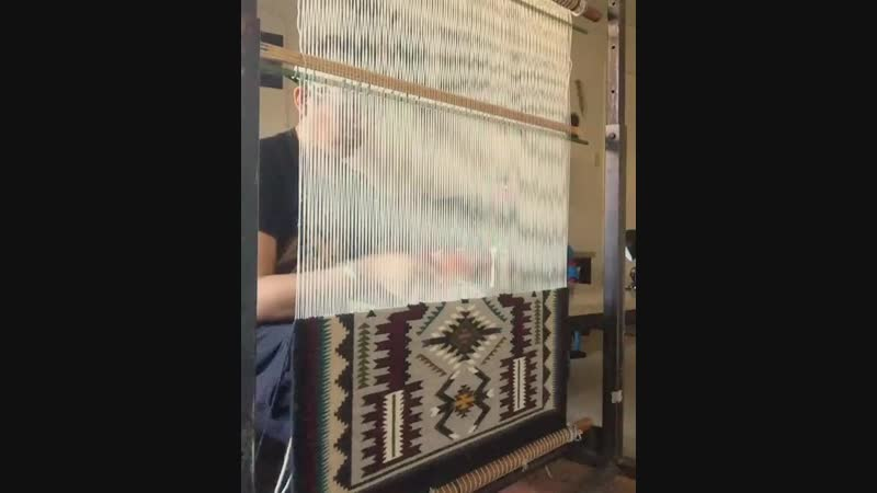 Процесс ткачества килима.