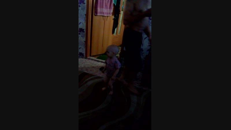 дочурка танцует
