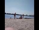 Бабулька против курящих девушек на пляже