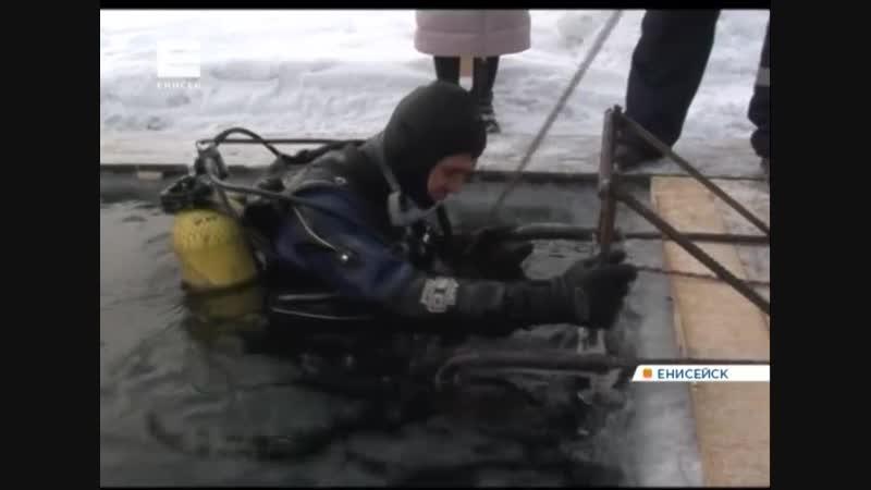 Спасатели-водолазы провели тренировку в ледяной воде Енисея