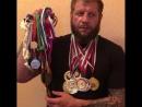 Саша показывает свои медали