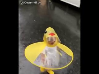 Малышка радуется дождику