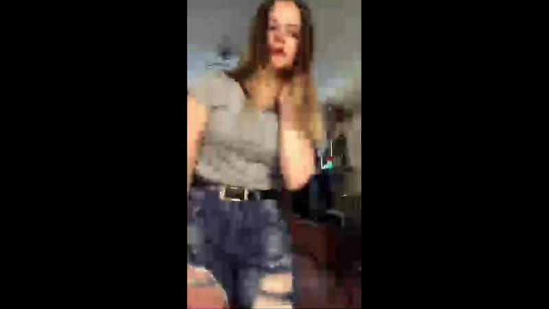 Танцы милой девчушки в рваных джинсах (перископ)