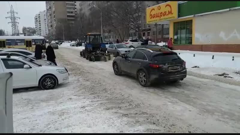 На улице Рабкоров проходит механизированная очистка снега
