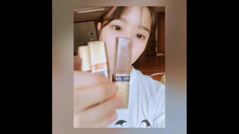 김향기 on Instagram 내 자리에서 수능보셨던분이 책상에 초콜렛을 넣어두고가셨다!🙏🙏모두 수고하셨습니다👍 잘먹겠습니다 감사합니다 화이팅
