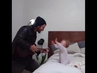 Папа поёт для своей маленькой дочи