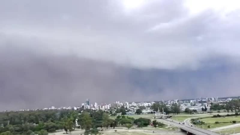 Приближение пыльной бури к Santiago Del Estero в Аргентине.