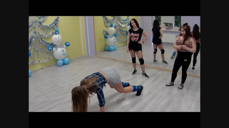 Закрытая вечеринка по Booty Dance. Танцевальный батл между ученицами.