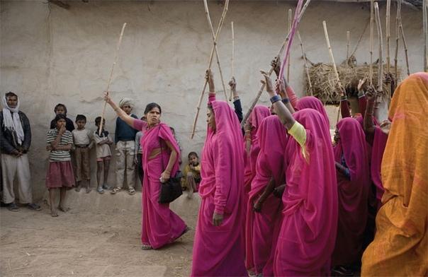 РОЗОВОЕ САРИ И ПАЛКА! О силе русских женщин мы со школьной скамьи помним хрестоматийное «коня на скаку остановит, в горящую избу войдет», а вот индийские красавицы с воинственными амазонками