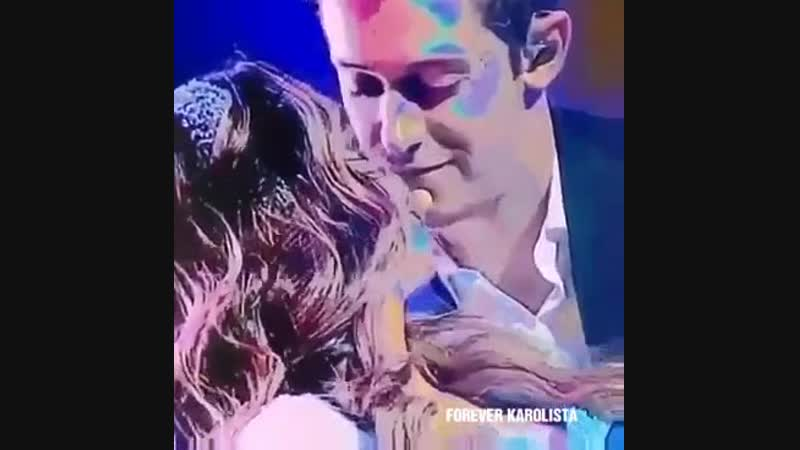 😏 Ruggero MIRA con cara de ENAMORADO a Karol Sevilla en concierto1