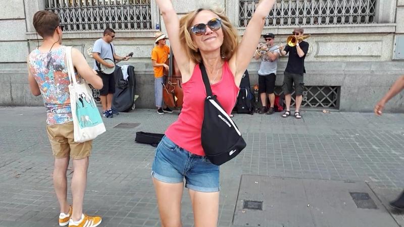 Летние танцы, зажиганцы на площади в Барселоне.