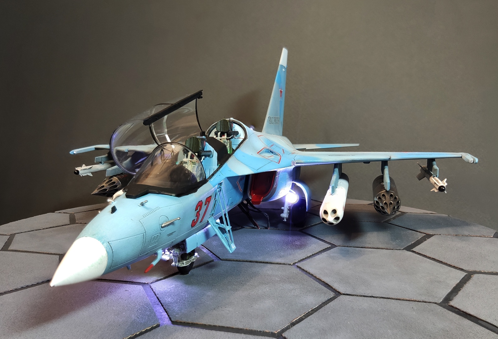 Сборка модели самолета ЯК-130 с подсветкой