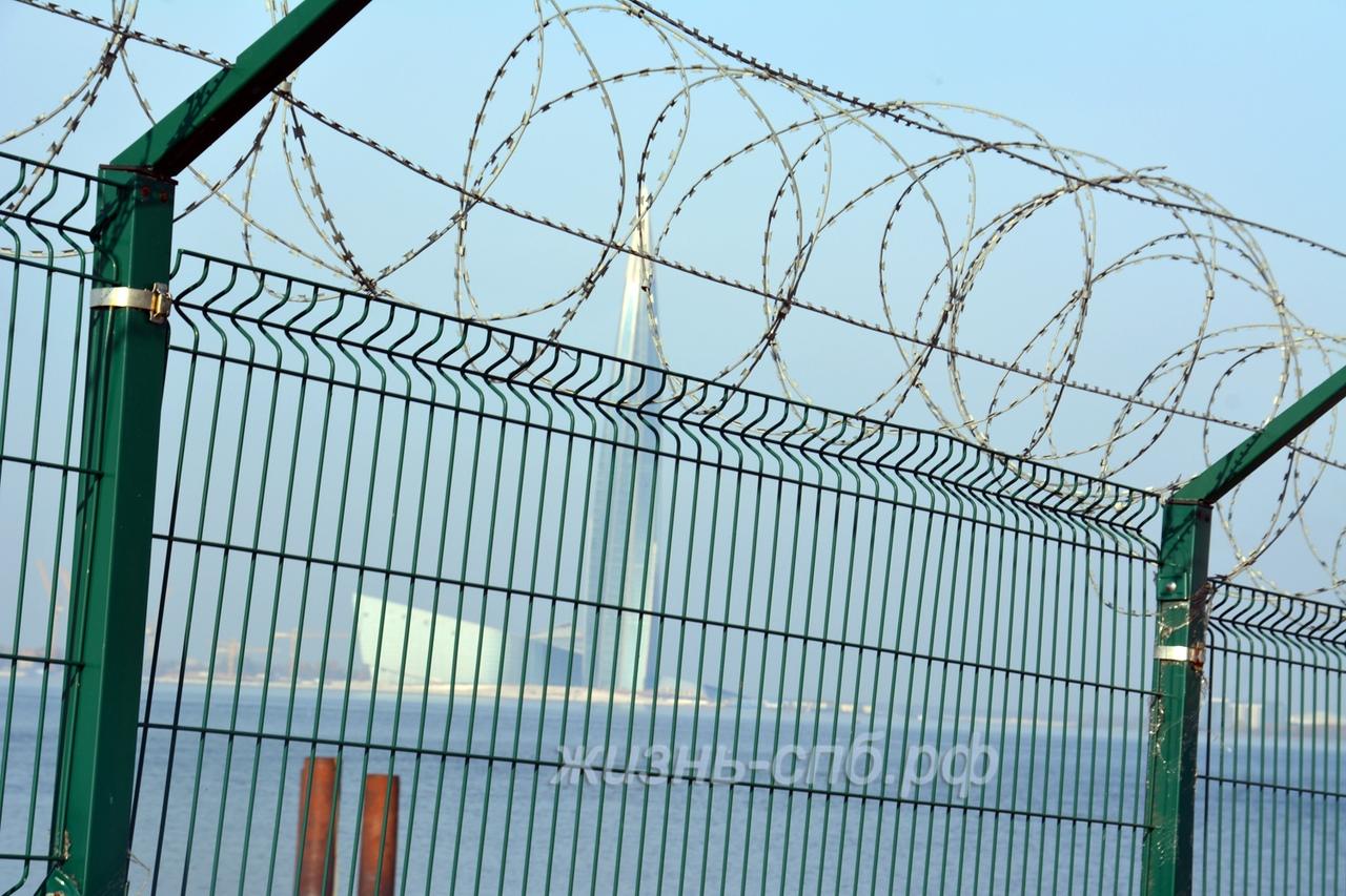 Лахта центр сквозь забор колючей проволоки