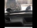 Мужчины в форме пинают мужчину на костылях в алтайском городе