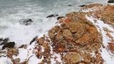 А море штормит