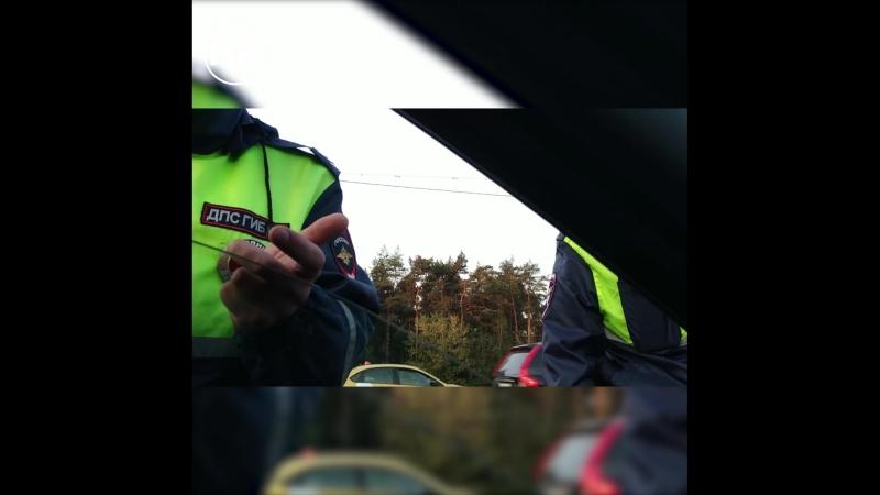 В Москве водитель выбросил конусы полицейских на обочину и поплатился за это