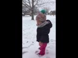Девочка не любит снег