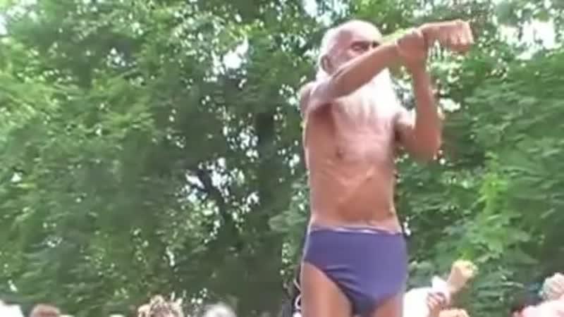 ПОТРЯСАЮЩЕ 100-ЛЕТНИЙ йог СЫРОЕД Swami Yogananda на Yoga Festival Берлин! Отвечает на вопросы!