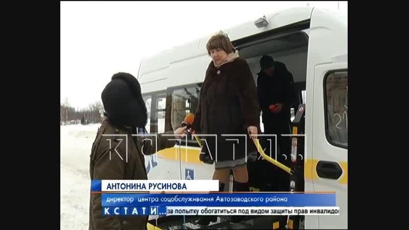 Заместитель губернатора Андрей Гнеушев вручил руководителям учреждений ключи от новых автобусов.