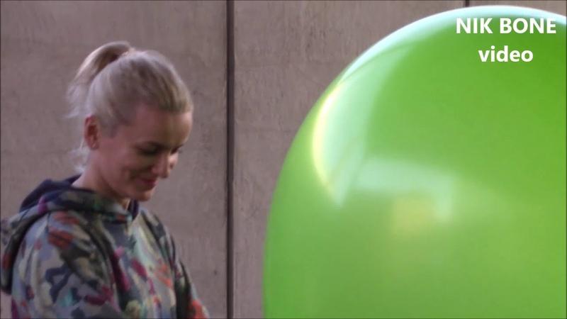 Vanja zeigt eine Doppelvorstellung mit riesigen Luftballons B2P und S2P
