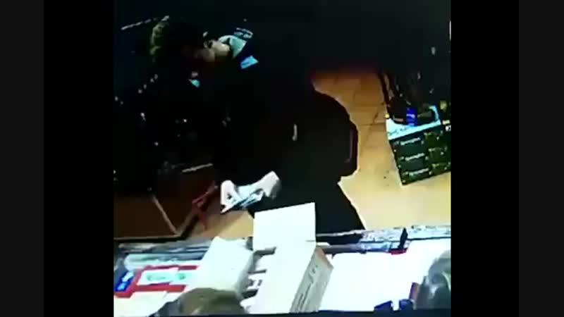 """Влад Росляков покупает патроны в оружейном магазине """"Сокол"""" Легально, спокойно,"""