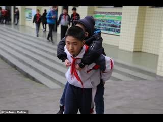 12-летний мальчик шесть лет носит на спине больного одноклассника
