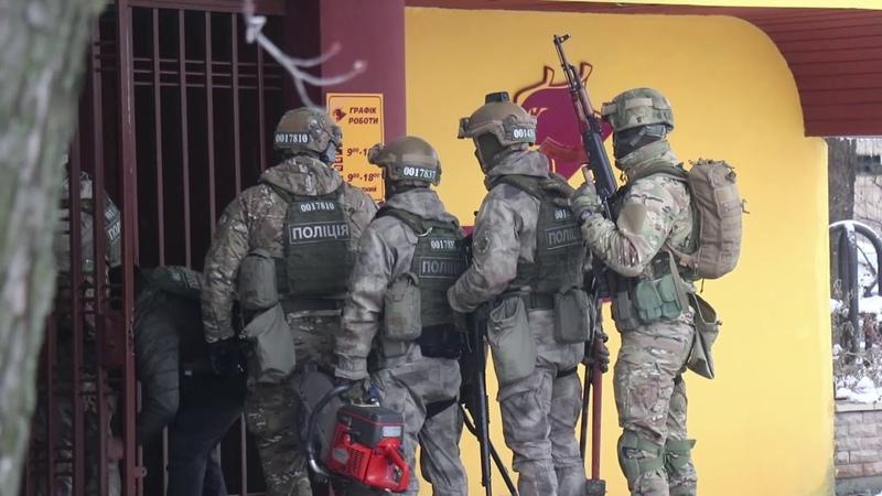 В Киеве парень под кайфом бил витрины магазина и пытался вынести оттуда оружие