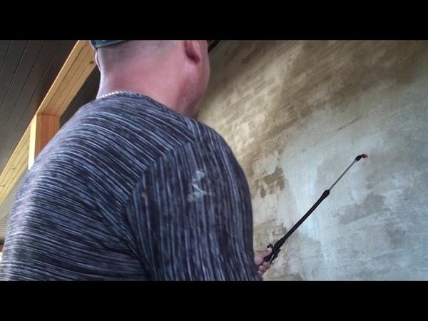 Нанесение грунтовки глубокого проникновения на фасад дома перед приклейкой утеплителя
