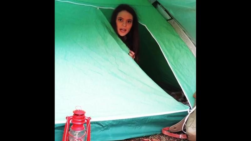 серьёзная франческа вылезает из палатки и говорит про поддержку песни нессун дратути сепарационе на сан ремо