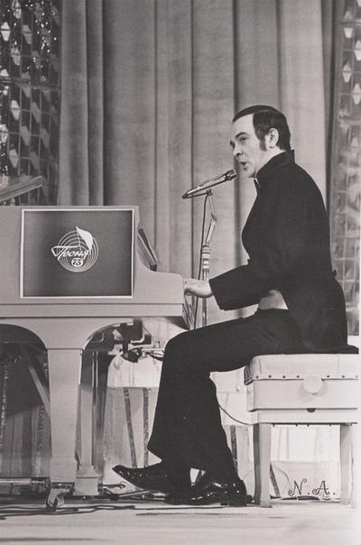 past Муслим Магомаев. Мусли́м Магоме́тович (Магомет оглы) Магома́ев (17 августа 1942, Баку - 25 октября 2008, Москва) - советский, азербайджанский и российский оперный и эстрадный певец
