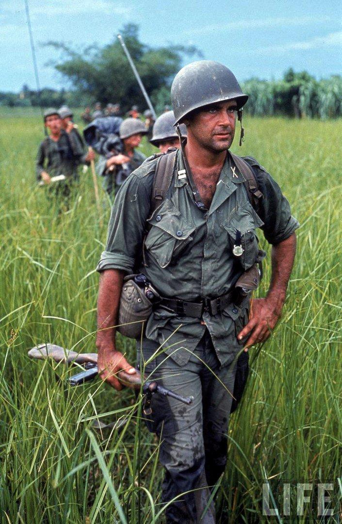 Капитан армии США Роберт Бэкон ведёт патруль. Вьетнам, 1964 год.
