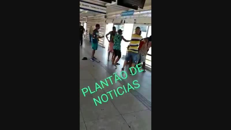 RECREIO Bandido foi pego roubando e tomou uma massagem dentro da Estação do BRT Salvador Allende.