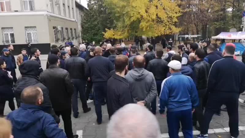 Полиция пытается разогнать митинг во Владикавказе, где сотни людей собрались у Дома правительства и требуют закрыть завод «Элект