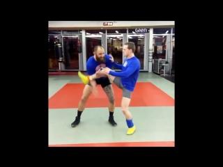 Трэвис Браун и Рикки Ланделл (тренер, чёрный пояс по BJJ): акробатический этюд