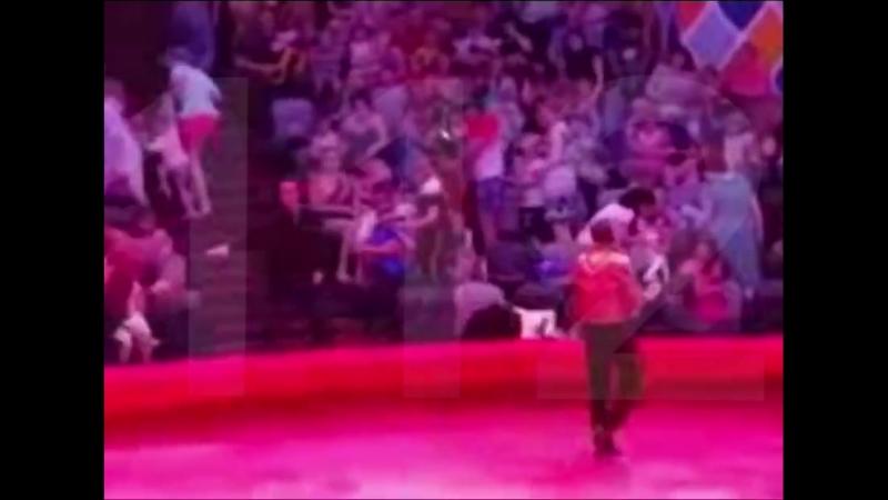 Страус напал на посетителей цирка в Казани.