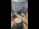 сын Арсений учится печь блины с папой