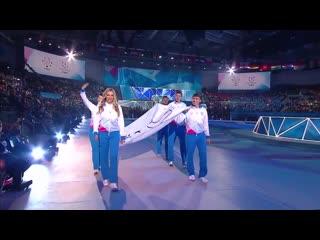 Даша несёт флаг