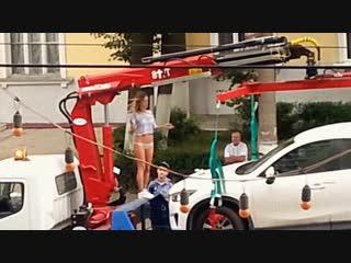 Стриптиз девушки на эвакуаторе перед сотрудниками ГИБДД