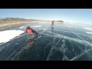 По льду Баикала на раскладном кресле за мотоциклом