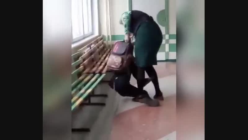 В 37 школе Комсомольска-на-Амуре учительница избила ученика за то что он мешал ей вести урок. На этом прекрасном видео — учите