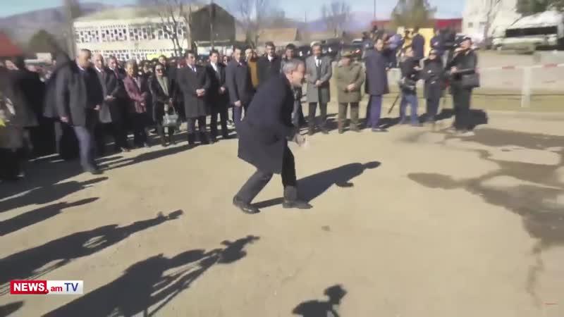 Փաշինյանը միջոցառման ժամանակ վերցնում է գետնին ընկած աղբը
