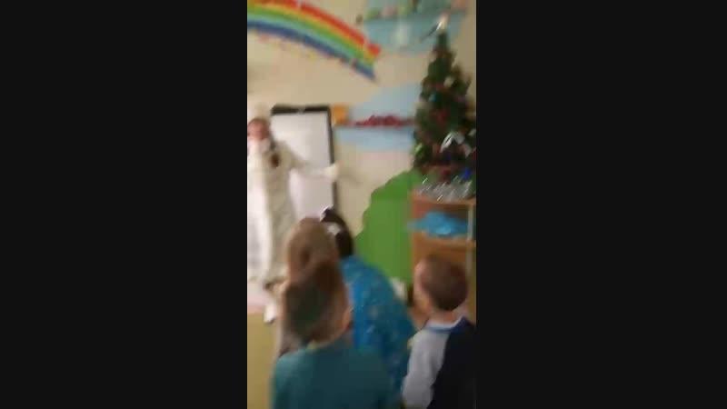 Дед Мороз и Снегурочка поздравляют Любознаек