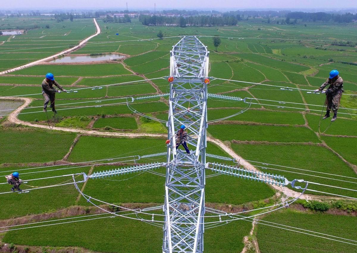 И с высоты вам шлем привет: Китайские верхолазы на линии электропередач