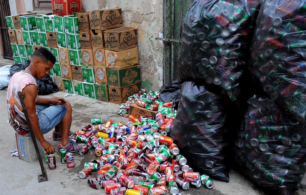 Из под любых напитков: На приемном пункте металлической тары на Кубе